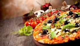 Картинка: Пицца, оливки, зелень, помидоры, грибы