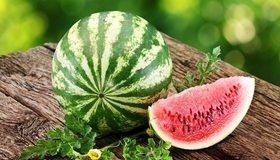 Картинка: Арбуз, полосатый, зелёный, спелый, семена, долька, срез, урожай, листья, доски