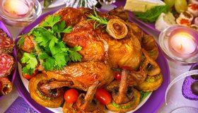 Картинка: Блюдо, курица, петрушка, помидорчики, грибы, свечи, застолье