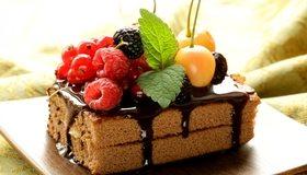 Картинка: Пирожное, тортик, шоколад, сладость, ягоды, малина, смородина, ежевика, мята