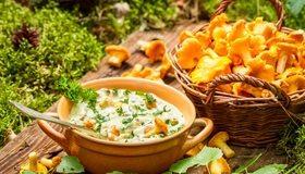 Картинка: Суп, грибы, лисички, кастрюля, корзина, зелень
