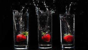 Картинка: Три стакана, виктория, ягода, вода, брызги, чёрный фон