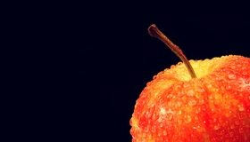 Картинка: Яблоко, капли, чёрный фон