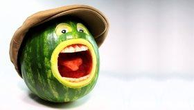 Картинка: Арбуз, зелёный, полосы, кричит, кепка, глаза, рот, зубы, язык, белый фон