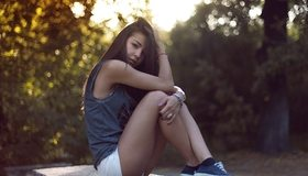 Картинка: Брюнетка, сидит, взгляд, ножки, белые шорты, азиатка