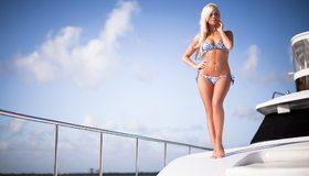 Картинка: Девушка, блондинка, фигура, стоит, бикини, пирсинг, яхта, отдых, небо, облака, тень