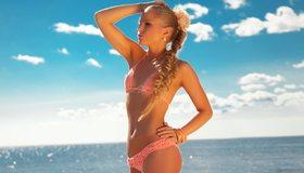 Картинка: Блондинка, девушка, косичка, бикини, купальник, загар, поза, море, вода, небо, облака, горизонт, лето