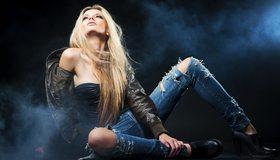 Картинка: Блондинка, длинные волосы, куртка, джинсы, туфли, дымок
