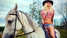Картинка: Блондинка, на коне, конь, грива, лес, девушка, Катя Самбука, верхом, ковбой, деревья, ковбойская шляпа, рубашка