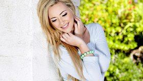Картинка: Блондинка, улыбка, радость, макияж, волосы, браслет, стена