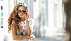Картинка: Девушка, блондинка, кудри, волосы, блузка, очки, часы