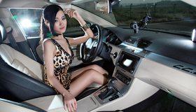 Картинка: Азиатка, брюнетка, сидит, платье, браслет, автомобиль, Wolksvagen, салон, девушка, руль