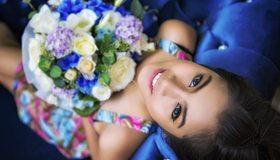 Картинка: Девушка, брюнетка, лицо, улыбка, глаза, макияж, букет, цветы, настроение