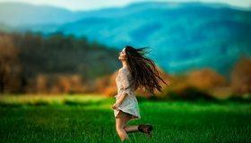 Картинка: Девушка, брюнетка, бежит, волосы, размытость, поле, лето