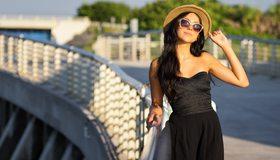 Картинка: Девушка, брюнетка, шляпа, очки, платье, чёрное, стиль, солнечные лучи, закат, мост, прогулка, позирование