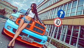 Картинка: Девушка, азиатка, брюнетка, ноги, очки, авто, улица, знак