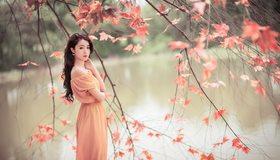 Картинка: Девушка, азиатка, длинные волосы, платье, река, вода, ветки, листья