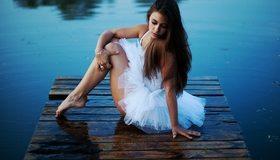 Картинка: Девушка, балерина, белая пачка, причал, вода