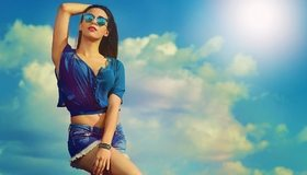 Картинка: Девушка, брюнетка, блузка, шорты, очки, небо, облака