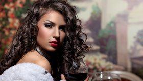 Картинка: Брюнетка, взгляд, макияж, стиль, девушка, волосы, кудри, бокал, вино
