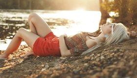 Картинка: Девушка, блондинка, лежит, камни, озеро, очки, закат