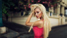 Картинка: Девушка, блондинка, макияж, волосы, рука, улица, размытость