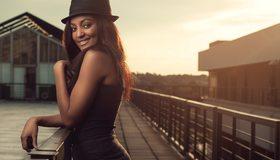 Картинка: Девушка, чернокожая, улыбка, настроение, шляпа, стоит, мостик