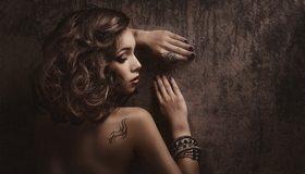 Картинка: Девушка, профиль, волосы, кудри, спина, татуировка, браслеты
