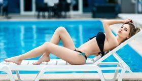 Картинка: Девушка, блондинка, лежит, раскладушка, бассейн, купальник, взгляд, поза