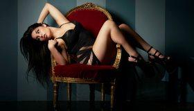 Картинка: Стул, девушка, сидит, волосы, ножки, брюнетка, туфли