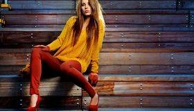 Картинка: Девушка, светло-русые волосы, позирует, стиль, мода, яркие оттенки, туфли, кофта