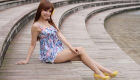 Картинка: Азиатка, девушка, длинные волосы, улыбка, чёлка, ножки, туфли, сидит, поза, ступеньки
