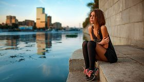 Картинка: Девушка, Ксения Кокорева, чулки, сидит, набережная, вода, город, вечер, река, фотограф, Георгий Чернядьев