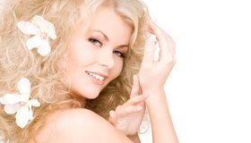 Картинка: Блондинка, девушка, улыбка, волосы, кудри, взгляд, цветы