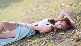Картинка: Девушка, азиатка, лежит, взгляд, земля