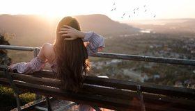 Картинка: Девушка, брюнетка, длинные волосы, сидит, спина, скамейка, закат, стая птиц, природа