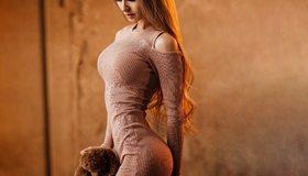 Картинка: Девушка, фигура, стройная, игрушка, плюшевая, волосы, платье