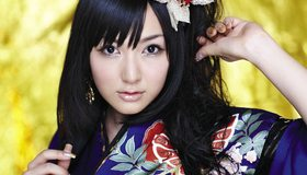 Картинка: Азиатка, девушка, взгляд, чёлка, стиль, макияж, заколка, серёжка, кимоно, маникюр