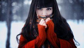 Картинка: Брюнетка, взгляд, тепло, греется, кофта, шарф, волосы, пирсинг, зима
