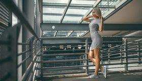 Картинка: Девушка, блондинка, кроссовки, волосы, перила, конструкции, окна, фигура