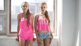 Картинка: Девушки, красивые, блондинки, Алёна Емельянова, Алла Емельянова, модели, сёстры, в розовом, окно