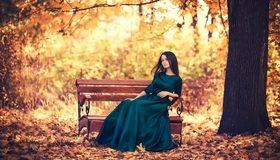 Картинка: Девушка, брюнетка, платье, осень, листья, дерево, парк, скамейка, сидит