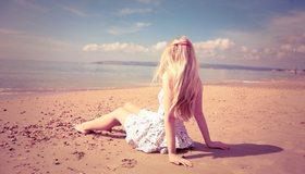 Картинка: Девушка, блондинка, волосы, заколка, платье, сидит, пляж, песок, море, горизонт, небо, облака