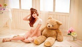 Картинка: Девушка, азиатка, модель, платье, сидит, мишка, игрушка, плюшевый, цветы, окно