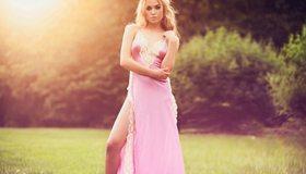 Картинка: Девушка, блондинка, розовое, платье, трава, кустарники, позирование