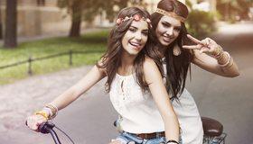 Картинка: Девушка, на велосипеде, пара, двое, катаются, позируют, дурачатся