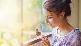 Картинка: Девушка, профиль, улыбка, настроение, бабочка, окно