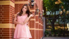 Картинка: Девушка, волосы, азиатка, платье, розовое, кирпичные колонны, фонари