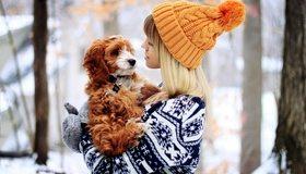 Картинка: Девушка, кофта, шапка, варежки, собака, друг, зима, снег, деревья, держит