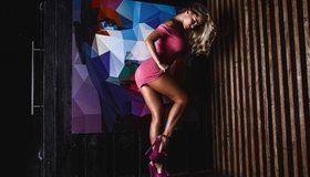 Картинка: Девушка, блондинка, поза, сексуальная, фигура, стройная, модель, ножки, туфли, платье, картина
